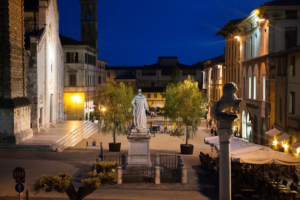 Pietrasanta bei Nacht -  Die Piazza dell duomo ist der zentrale Platz in Pietrasanta