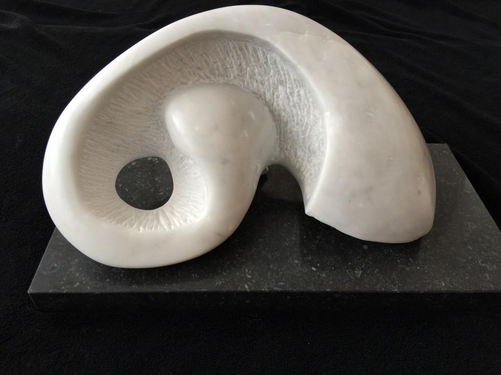 """Die Marmorskultur """"Kapriole"""", erstellt in Carrara Statuario Marmor, erstellt von Hanna Gigling im März 2015 in der Freien Kunstakademie Frankfurt."""