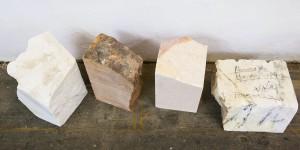 Natursteine warten auf die Bearbeitung in der Werkstatt in Frankfurt